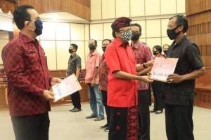 Gubernur Koster Salurkan Stimulus Ekonomi untuk 43 Ribu UKM dan Sektor Informal se-Bali