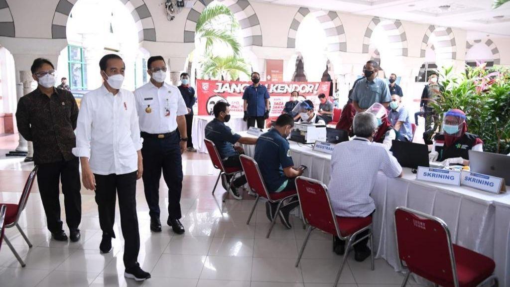Presiden Jokowi Sidak Vaksinasi Massal Pedagang Pasar Tanah Abang