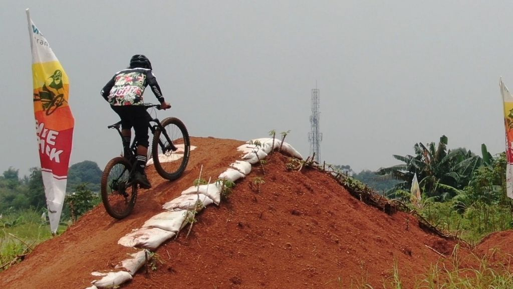 Bike Track Cross Country di Kawasan Metland Transyogi