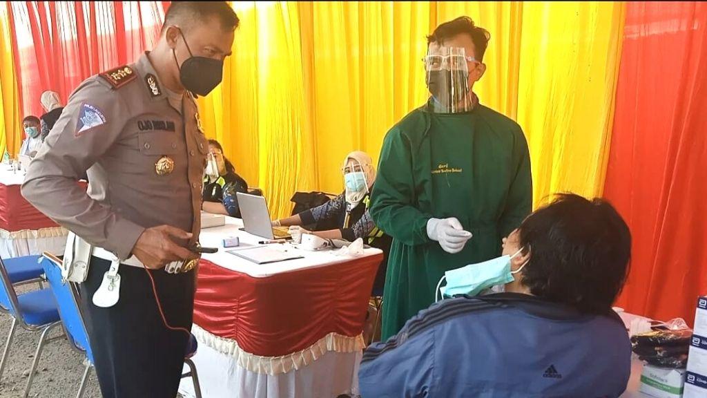 Lansia Terima Vaksin dan Swab Gratis Satlantas Polres Metro Bekasi