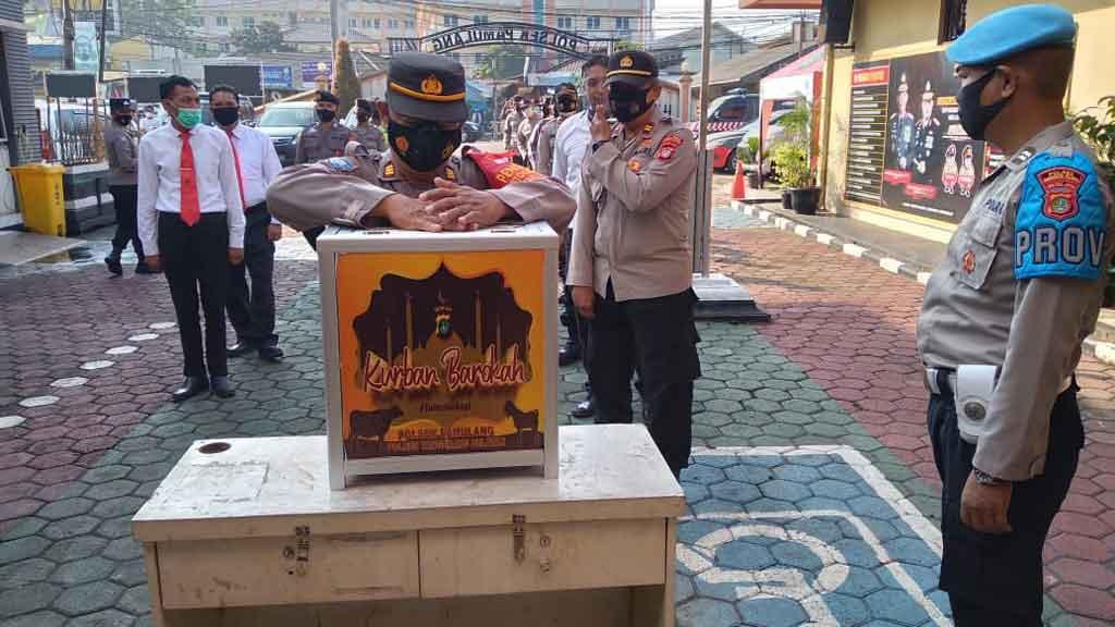 Senin 7Juni 2021 Jam 8.30 WIB Kapolsek Pamulang, Kompol Sujarwo SH, MH memimpin apel pagi dilanjutkan kegiatan menabung untuk infaq Qurban Barokah dengan tulus berbagi untuk menyambut Idul Adha 1442 H.